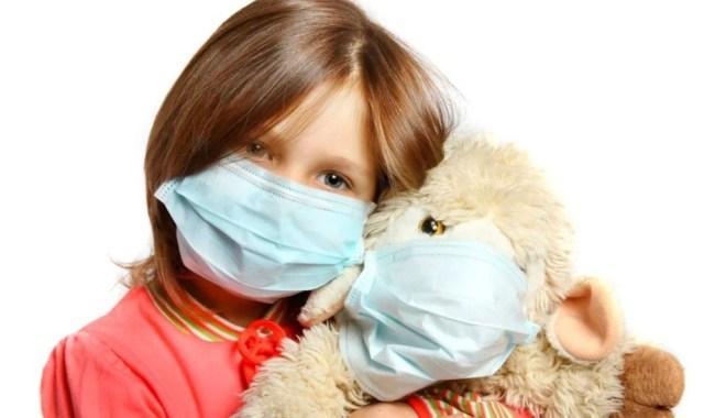 Врачи рассказали, чем вредны маски для малышей младше двух лет