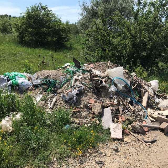 Огромную свалку обнаружили вблизи Надеждинского пруда на Ставрополье