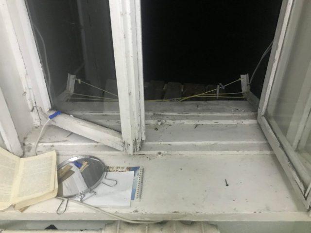 Мужчина выпал из окна и погиб во время установки антенны в Ессентуках