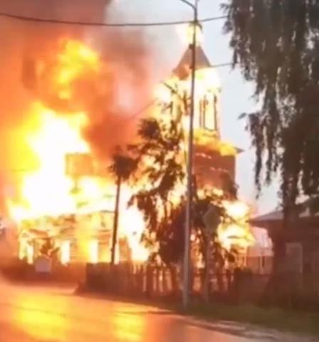 В Томской области от удара молнии загорелась деревянная церковь