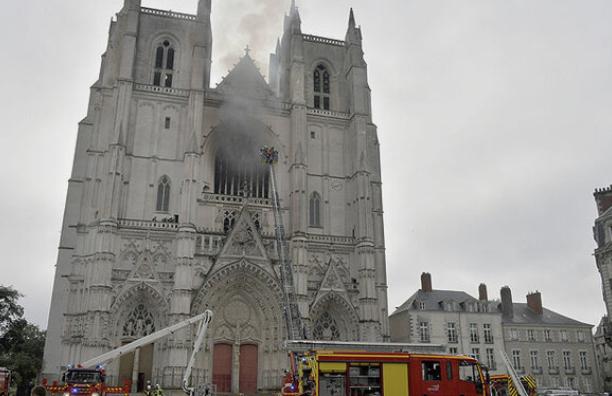 Во Франции задержали человека, подозреваемого в поджоге собора