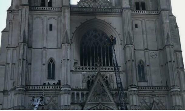 Во Франции загорелся готический собор 15 века