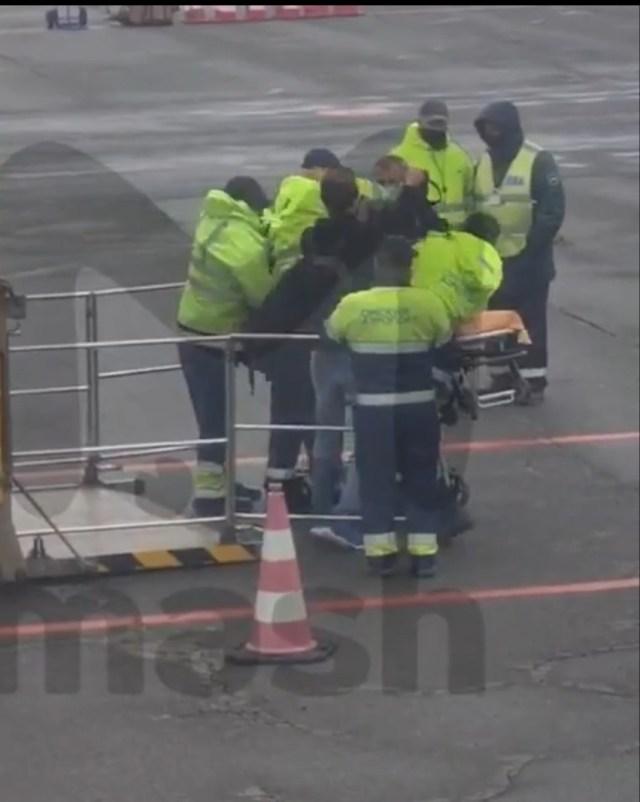 Алексея Навального госпитализировали из самолёта в Омске