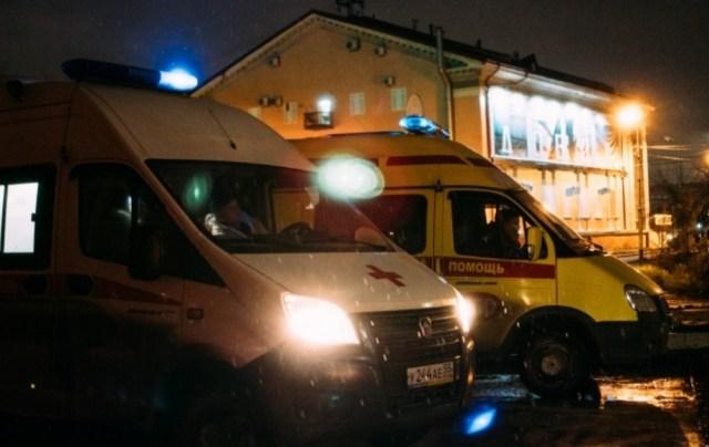 К зданию областного минздрава привезли пациентов «скорые» в Омске