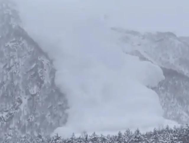 На видео попала сошедшая лавина в горах Приэльбрусья