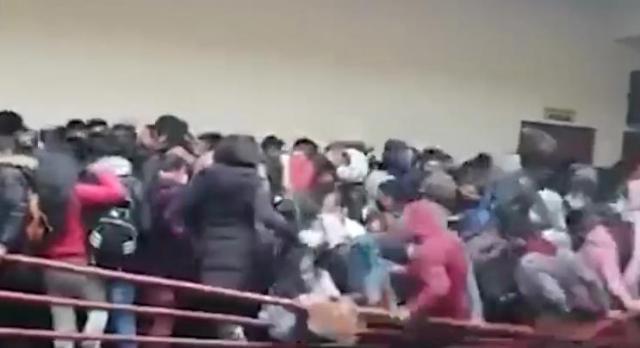 В университете на западе Боливии лопнули перила на этаже, полном студентов