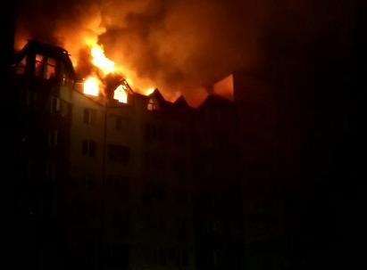 В Анапе больше четырех часов не могут потушить пожар в жилом доме