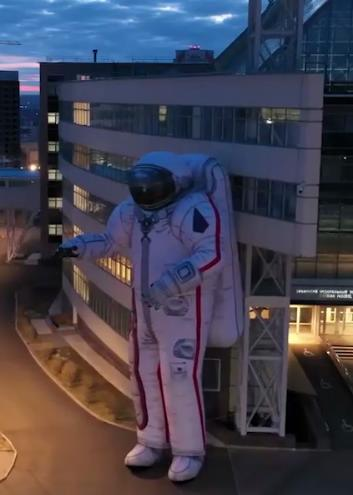 17-метровый космонавт упал в Красноярске