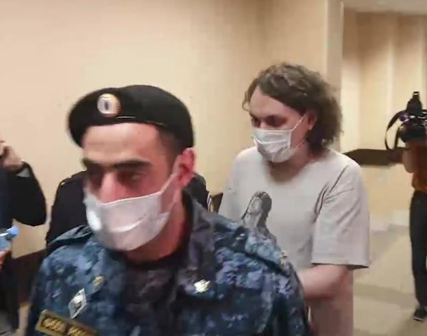 Блогера Юрия Хованского доставили в Дзержинский суд Петербурга для избрания меры пресечения
