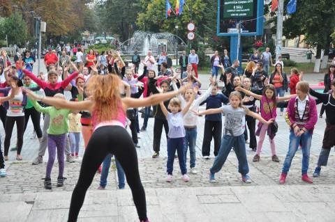 """Festivalul """"Bucurie în Mișcare"""", 3 octombrie, în fața Primăriei Roman"""