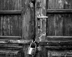 Ușile de la blocuri nu se mai închid!