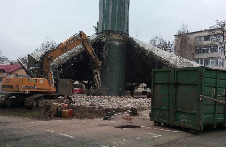 Centrala ciupercă este demolată