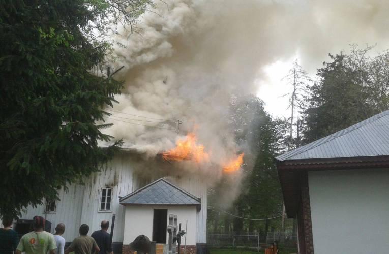 Biserica din Moreni a fost mistuită de flăcări