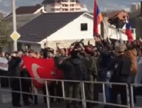 В Новороссийске забросали консульство камнями и сожгли турецкий флаг