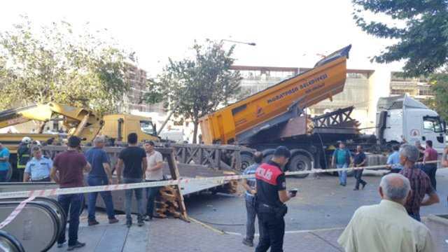 Грузовик снес пешеходный мост в Анталии