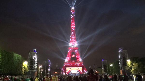 Эйфелева башня окрасилась в цвета турецкого флага
