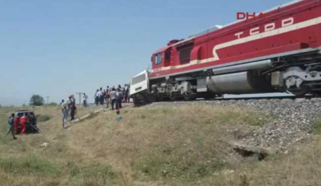 Поезд столкнулся с микроавтобусом: 9 погибших