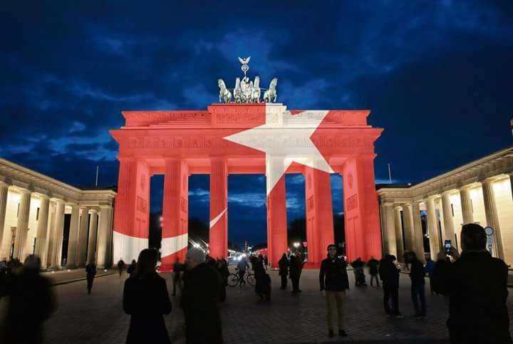 Бранденбургские ворота окрасились в цвета турецкого флага