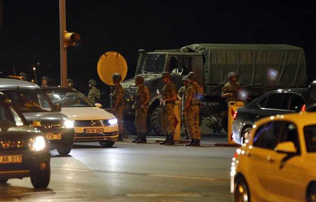 Губернатор Стамбула: «Попытка переворота не удалась»