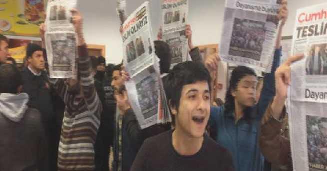 Студенты провели акцию в поддержку газеты Cumhuriyet