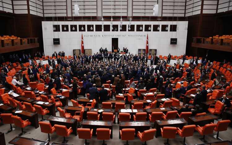 Парламент Турции в 5-й раз продлил режим ЧП