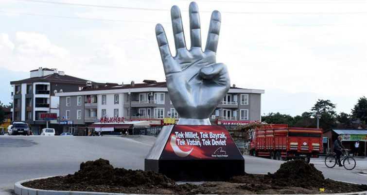 В Турции установили памятник жесту «Рабиа»