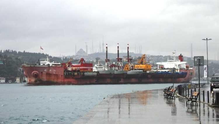 Судно с 10 кораблями на борту прошло через Босфор
