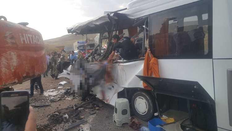 Экскаватор упал на автобус: 7 погибших
