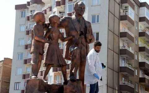 Мужчина молотком повредил памятник Ататюрку