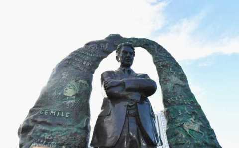 Памятник Чингизу Айтматову открыли в Стамбуле