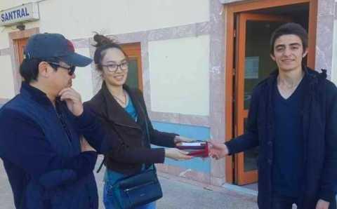 Школьник вернул туристам портмоне с 10 000 лир