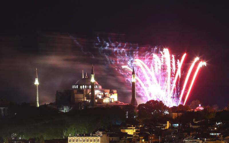 Стамбул ярко отметил 567-ю годовщину завоевания