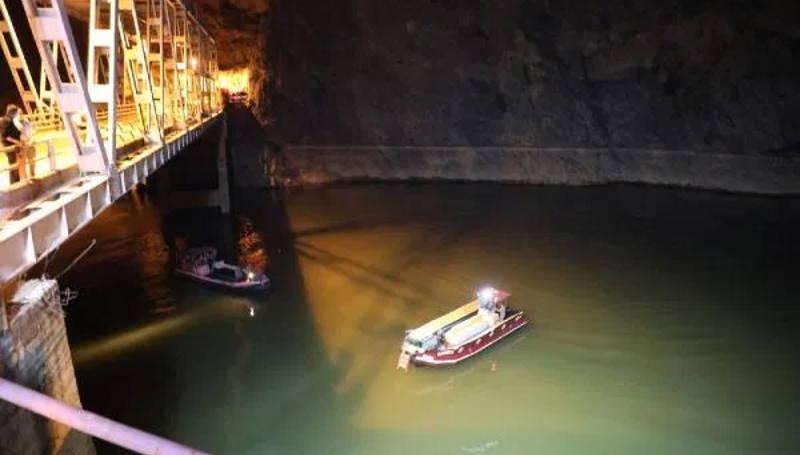 Микроавтобус упал с моста в реку: 5 погибших, 3 спасенных