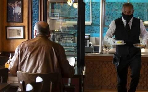 Кафе в Турции стараются «бесконтактно» обслуживать клиентов