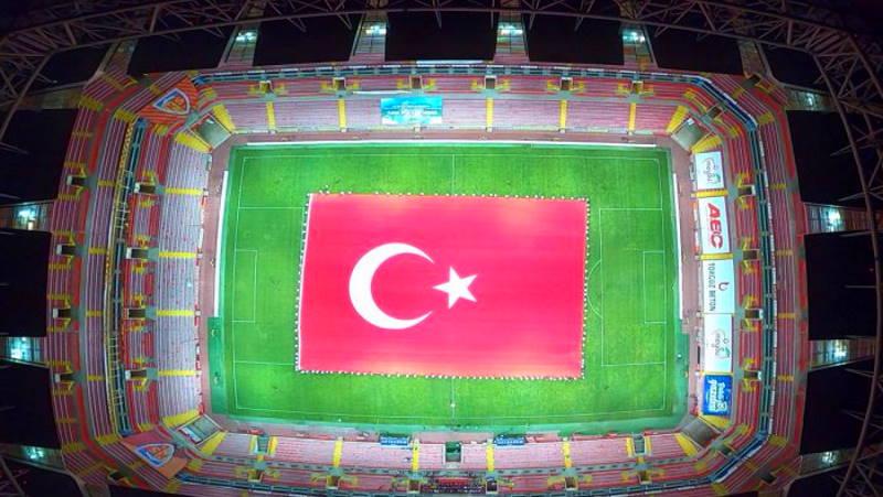 Самый большой турецкий флаг развернули в Кайсери