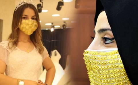 Купить золотую маску можно за 14 000 лир
