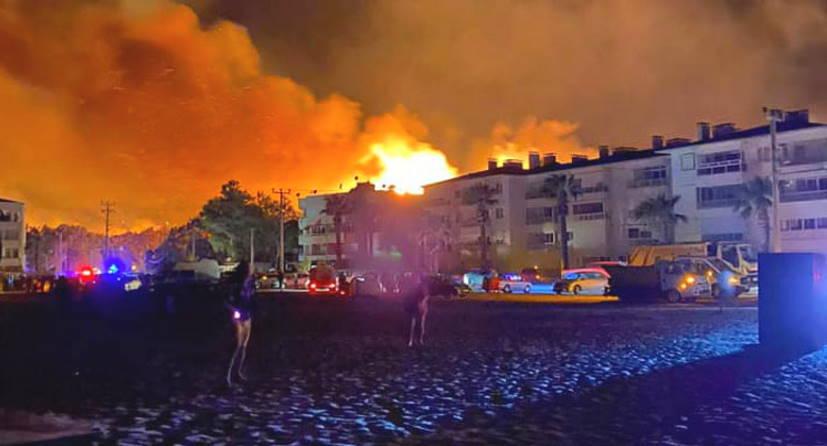 Пожарным удалось справиться с огнем в Айвалыке