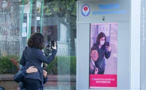 Автобусная остановка в Турции следит за наличием маски