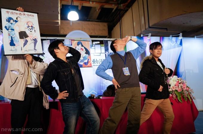 ▲左至右HAKU、韋宗成、哈亞西,背後是黑青郎君老師。就連重現「有病作家大會師」的掛軸姿勢也是HAKU老師代勞,可見編輯的工作真是辛苦!