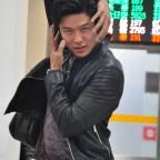 鈴木亮平在機場出境大廳擺出片中男主角的招牌姿勢