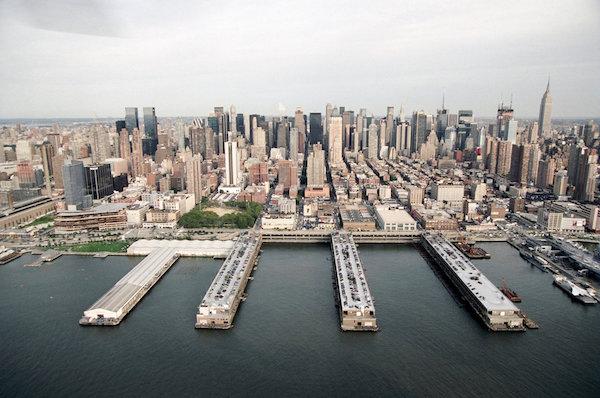 Vista aérea dos piers em Manhattan, onde a Armory Show é realizada