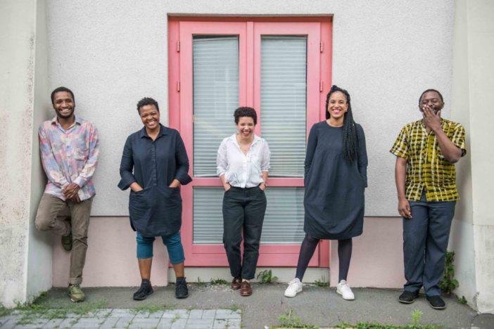 Equipe curatorial da Bienal de Berlim. Da esquerda para a direita: Thiago de Paula Souza, Gabi Ngcobo, Nomaduma Rosa Masilela, Yvette Mutumba e Moses Serubiri. Foto: F. Anthea Schaap
