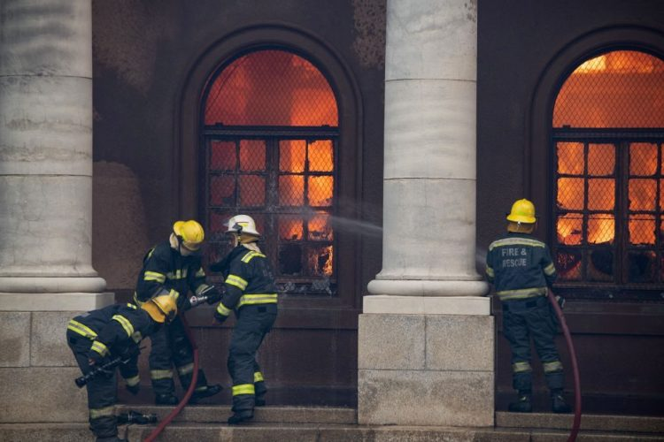 消防員試圖撲滅開普敦大學Jagger圖書館的大火。 圖片由RODGER BOSCH / AFP通過Getty Images拍攝。