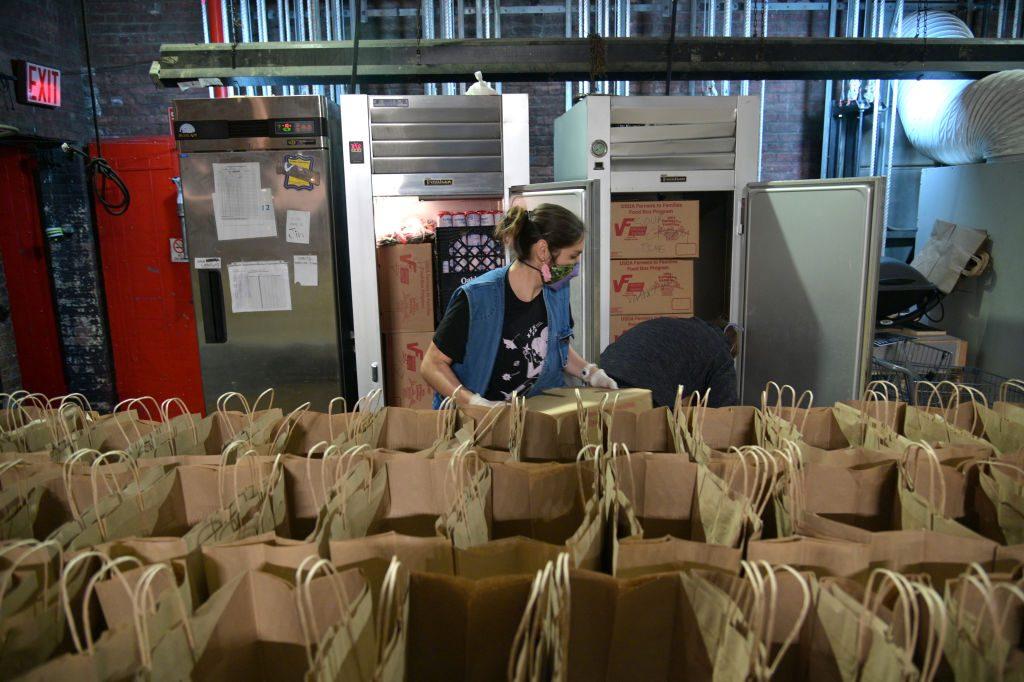 Kaylyn Kilkuskie, eine Künstlerin des Abrons Arts Center, bereitet am 6. Oktober 2020 in New York City Lebensmittel für bedürftige Familien in der gesamten Lower East Side vor. (Foto von Michael Loccisano / Getty Images)