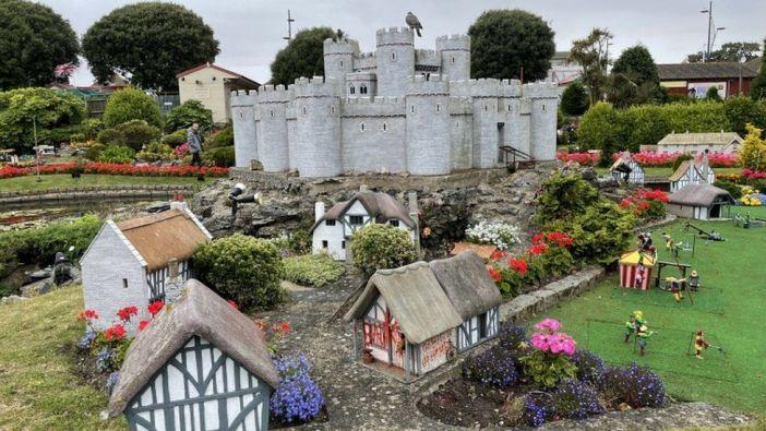 Banksy aparentemente adicionou sua própria casa, coberta de grafite, à Merrivale Model Village, na cidade de Great Yarmouth, na Inglaterra