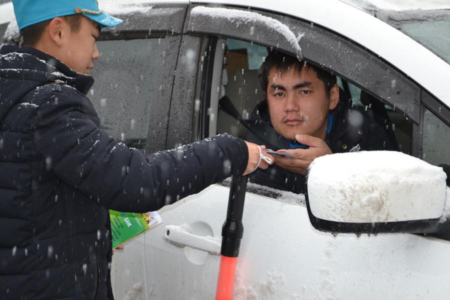 ЮИДДовец вручает брошюру водителю