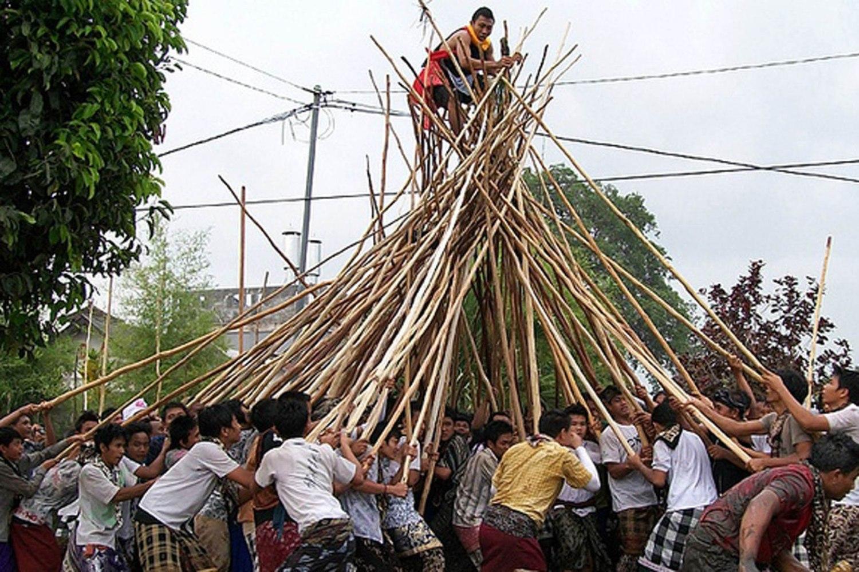 TRADISI MAKOTEK. Ratusan krama melakukan tradisi Makotek dengan 29-February-2020