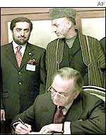 President Karzai (R) with Foreign Minister Abdullah (L) and Pakistani Foreign Minister KM Kasuri (seated)