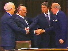 De la stânga: ministrul de externe sovietic Shevardnaze, Mihail Gorbaciov, Ronald Reagan, SUA Sec de stat Sculz