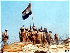 Soldaţii egiptean ridica un steag pe linia Bar-Lev buncăr în Sinai